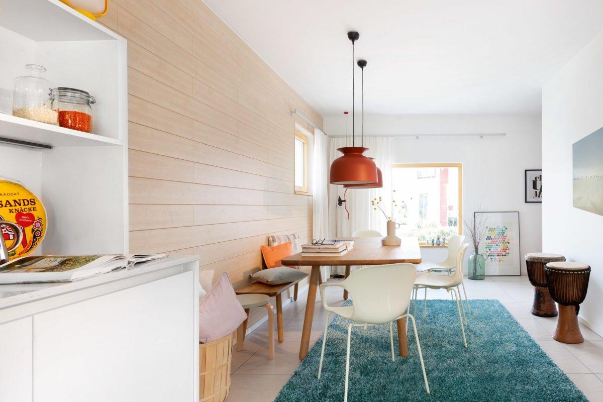 Musterhaus Mono - Ein Wohnzimmer mit Möbeln und einem Kühlschrank - SchworerHaus KG