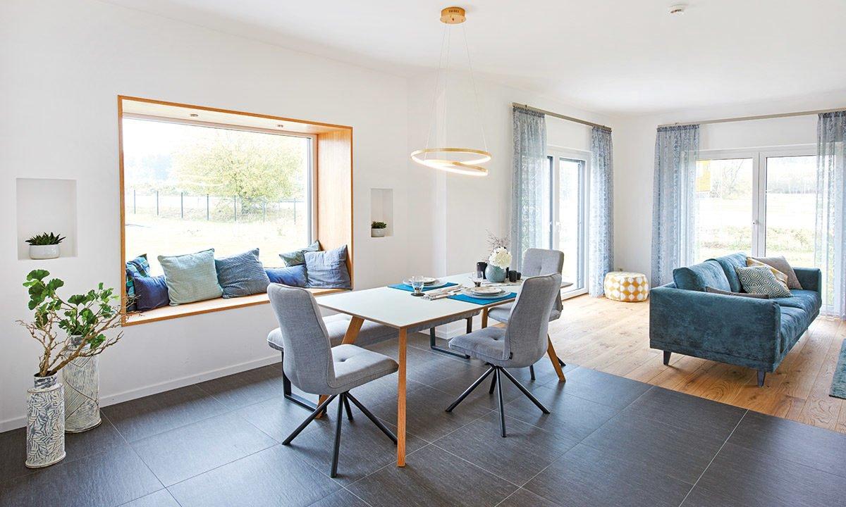 Musterhaus Günzburg - Ein Wohnzimmer mit Möbeln und einem großen Fenster - Fingerhut Haus GmbH & Co. KG
