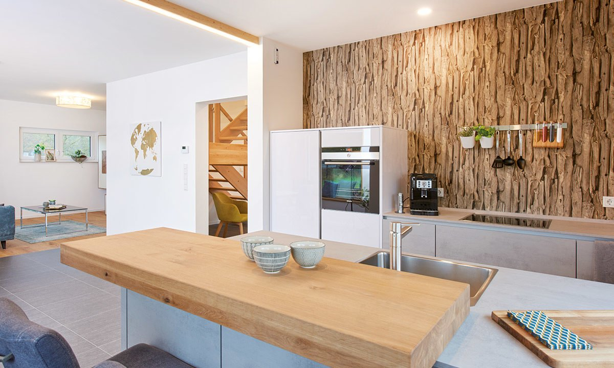 Musterhaus Günzburg - Ein Wohnzimmer mit einem Holztisch - Interior Design Services