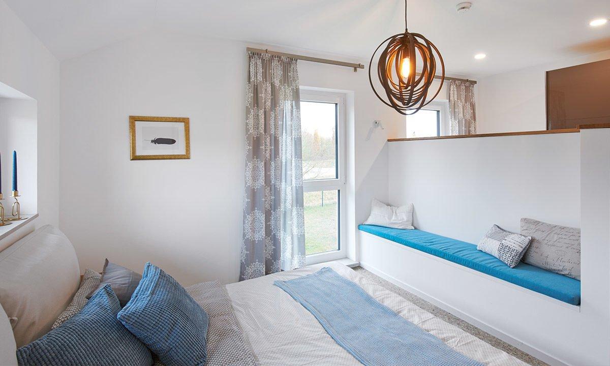 Musterhaus Günzburg - Ein Schlafzimmer mit einem Bett in einem Raum - Haus