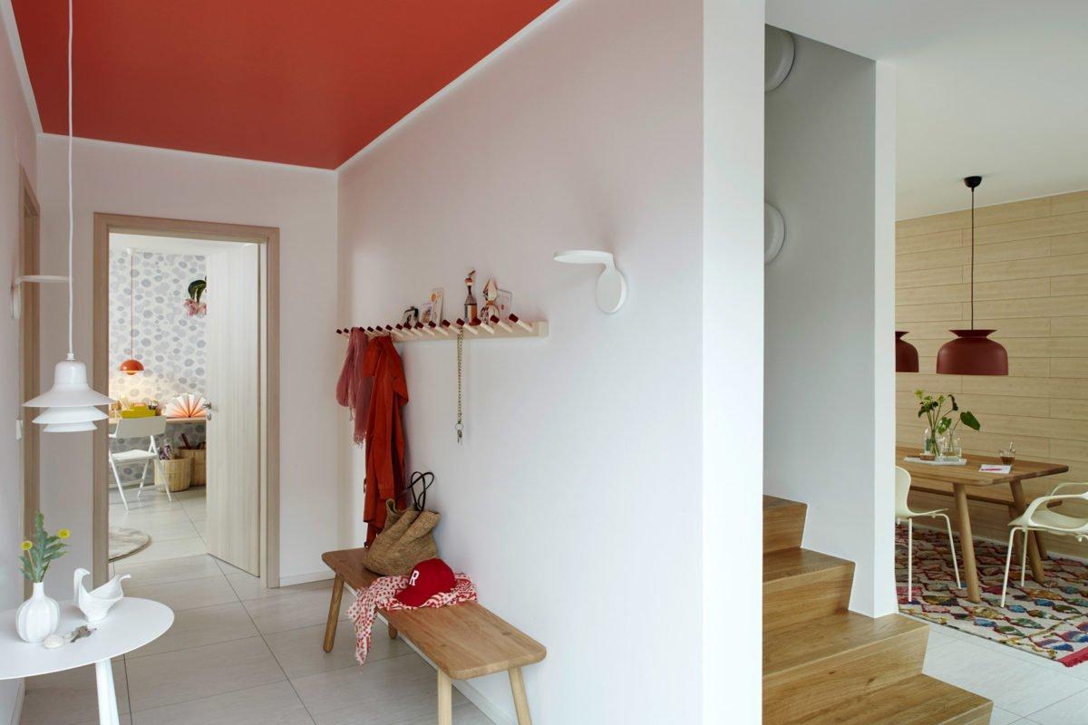Musterhaus Mono - Ein Wohnzimmer mit Möbeln und einem Kamin - Haus