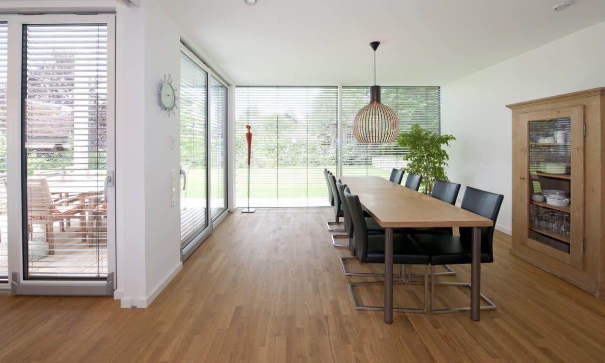 Kundenhaus in Unterfranken - Ein Wohnzimmer mit Möbeln und einem großen Fenster - Interior Design Services