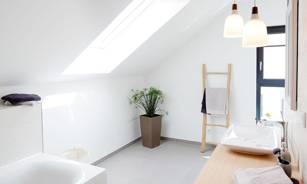 Musterhaus Koblenz - Ein zimmer mit waschbecken und fenster - Interior Design Services