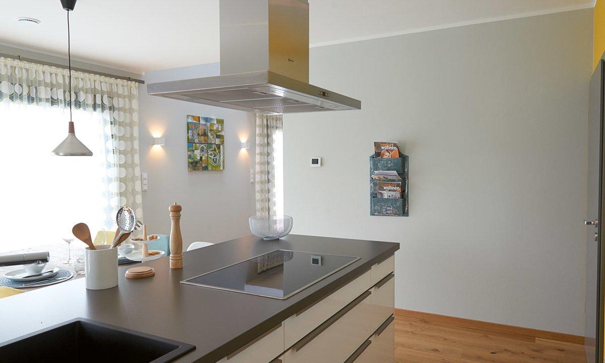 Musterhaus Koblenz - Eine küche mit waschbecken und spiegel - Interior Design Services