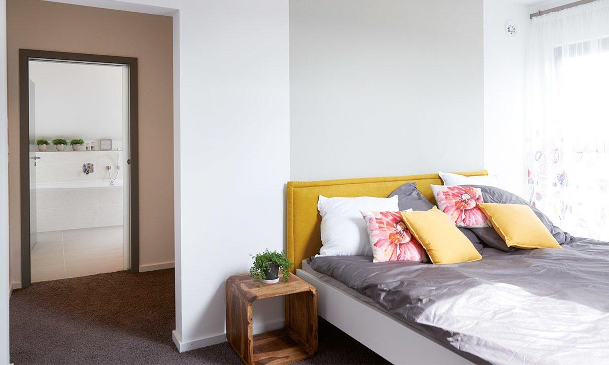 Musterhaus Koblenz - Ein Schlafzimmer mit einem Bett in einem Raum - Haus