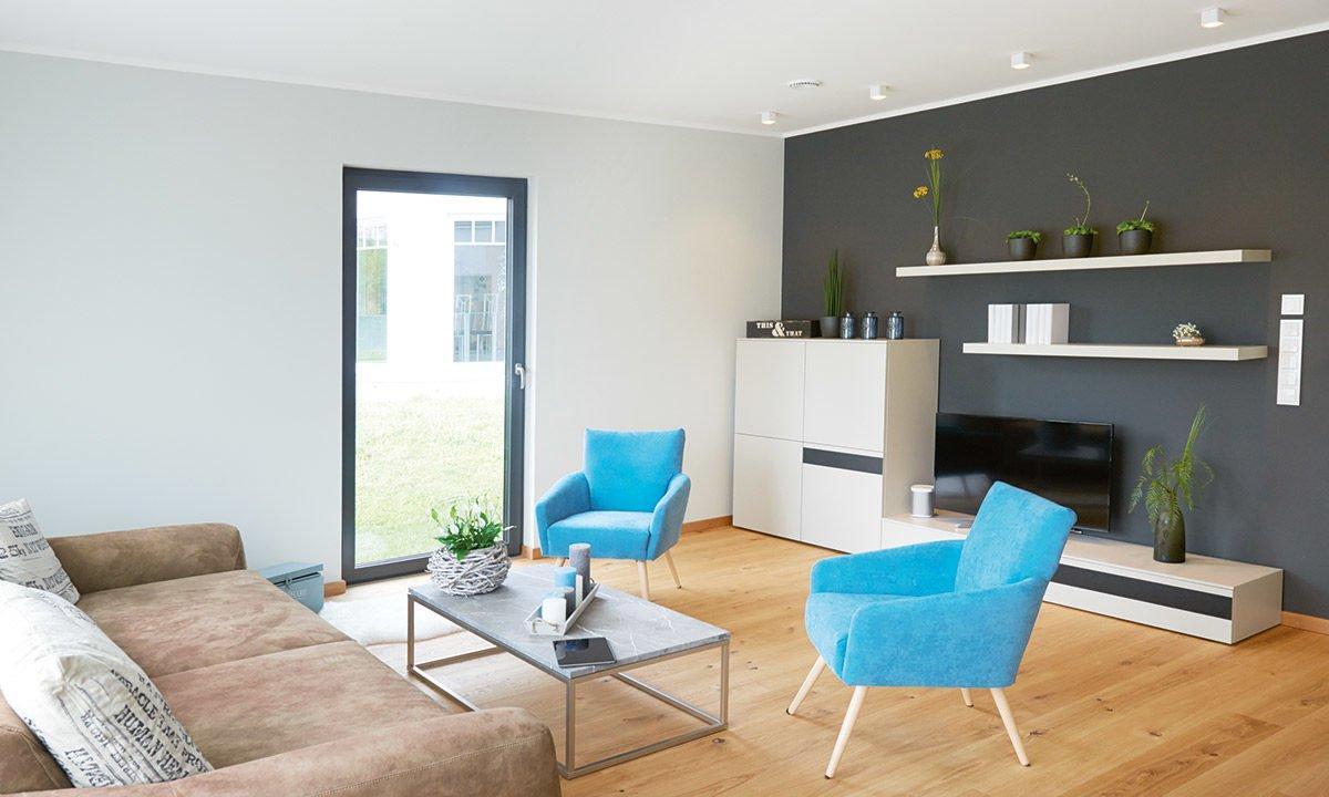 Musterhaus Koblenz - Ein Wohnzimmer mit Möbeln und einem Flachbildfernseher - Haus