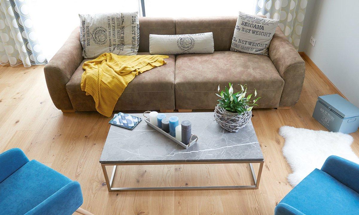 Musterhaus Koblenz - Ein Wohnzimmer mit einer Couch und einem Tisch - Kaffetisch