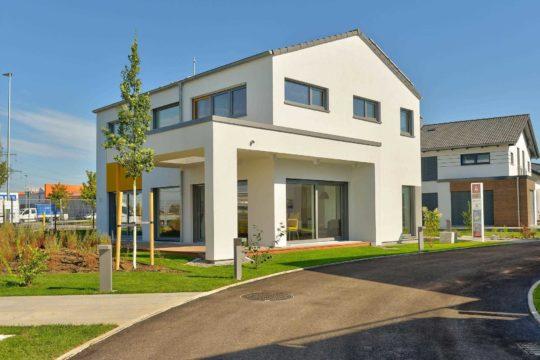Musterhaus Vitalis - Eine Person, die vor einem Haus steht - Büdenbender Hausbau GmbH