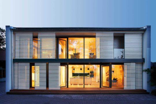 Functionality - Ein Gebäude mit einer Uhr auf der Vorderseite eines Fensters - Haus