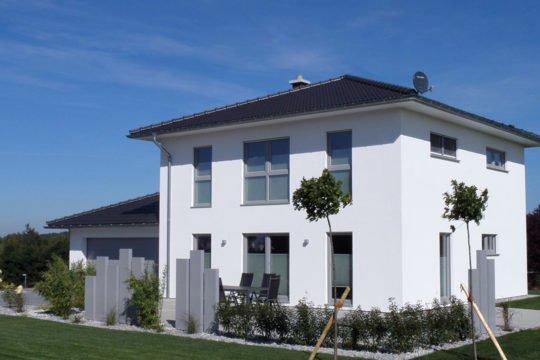 Medio - Eine große Wiese vor einem Haus - Haus