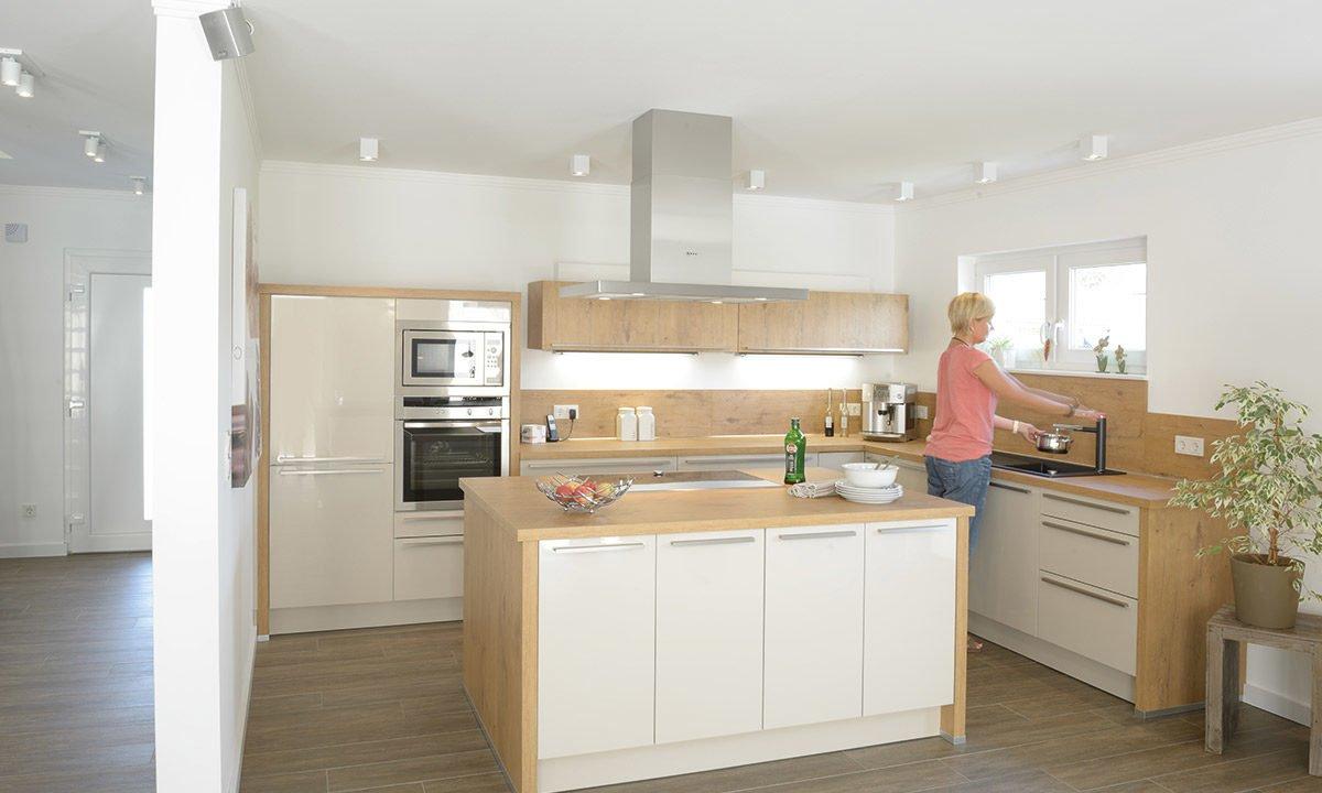 Medio - Eine Küche mit Holzboden - Küche