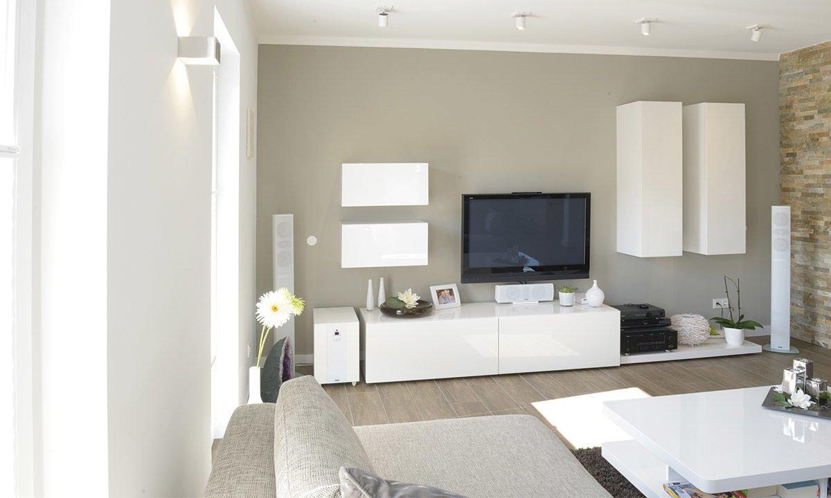 Medio - Ein Wohnbereich mit Waschbecken und Spiegel - Interior Design Services