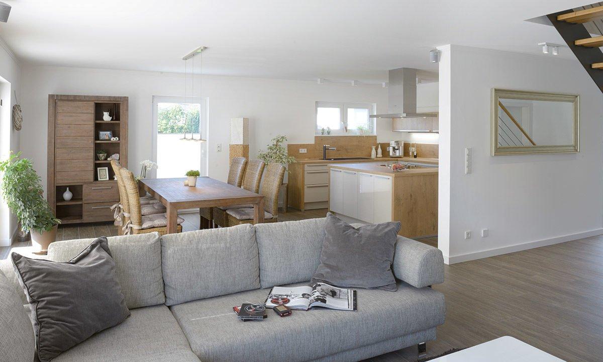 Medio - Ein Wohnzimmer mit Möbeln und einem großen Fenster - Interior Design Services