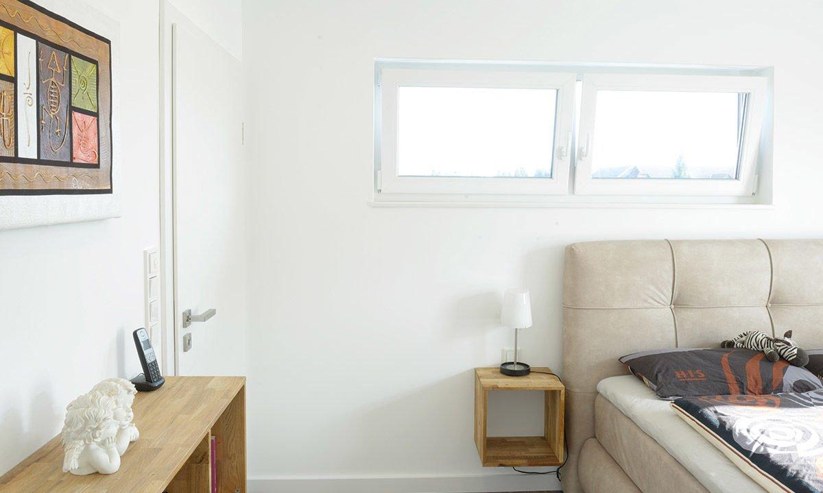 Medio - Ein wohnzimmer mit waschbecken und fenster - Haus