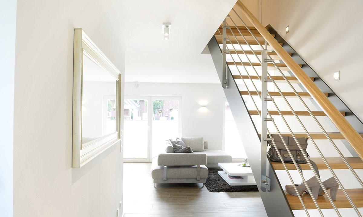 Medio - Ein Raum mit einem großen Spiegel - Treppe