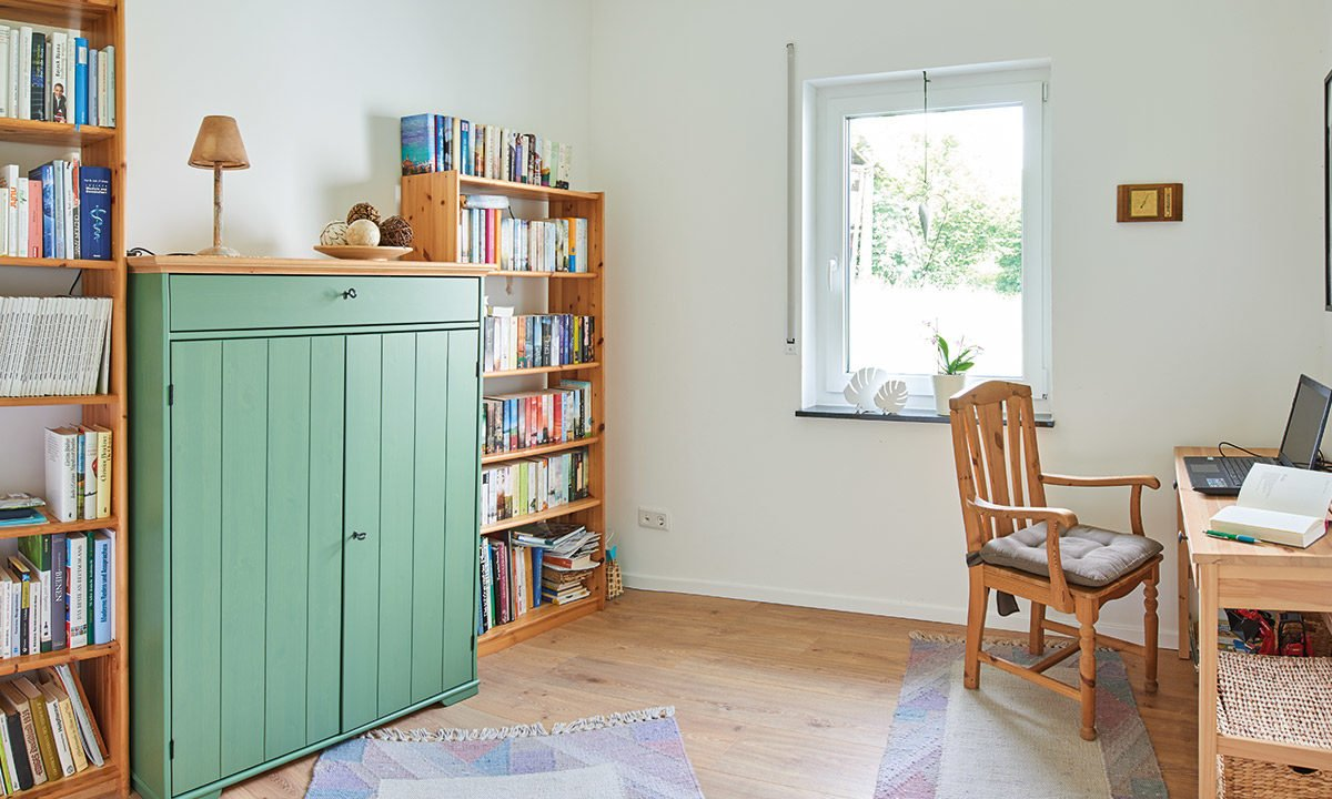 Nivelo - Ein Wohnzimmer mit einem Bücherregal - Haus