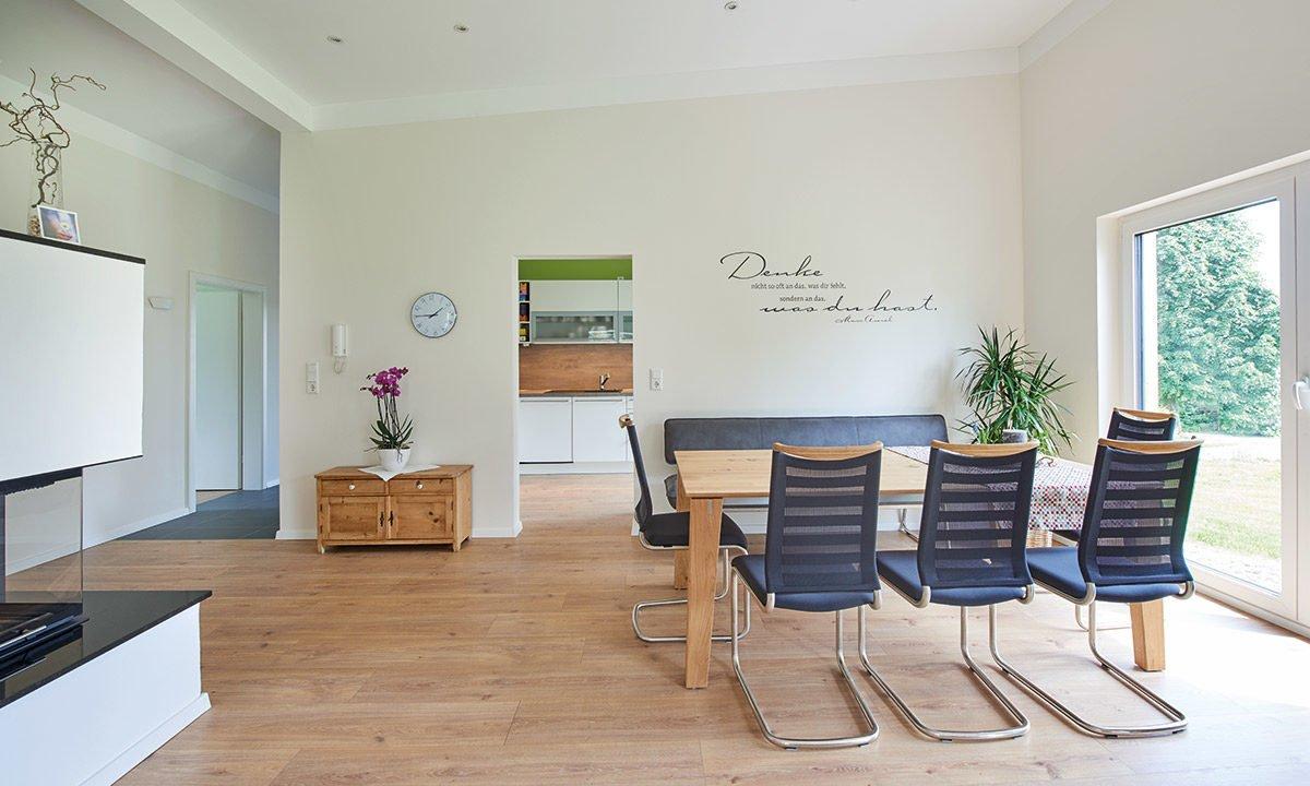 Nivelo - Ein Wohnzimmer mit Möbeln und einem großen Fenster - Haus