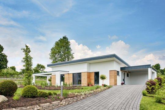Nivelo - Ein Haus mit Bäumen im Hintergrund - Fingerhut Haus GmbH & Co. KG