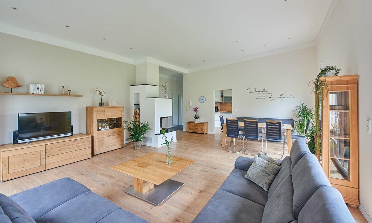 Nivelo - Ein Wohnzimmer mit Möbeln und einem Kamin - Haus