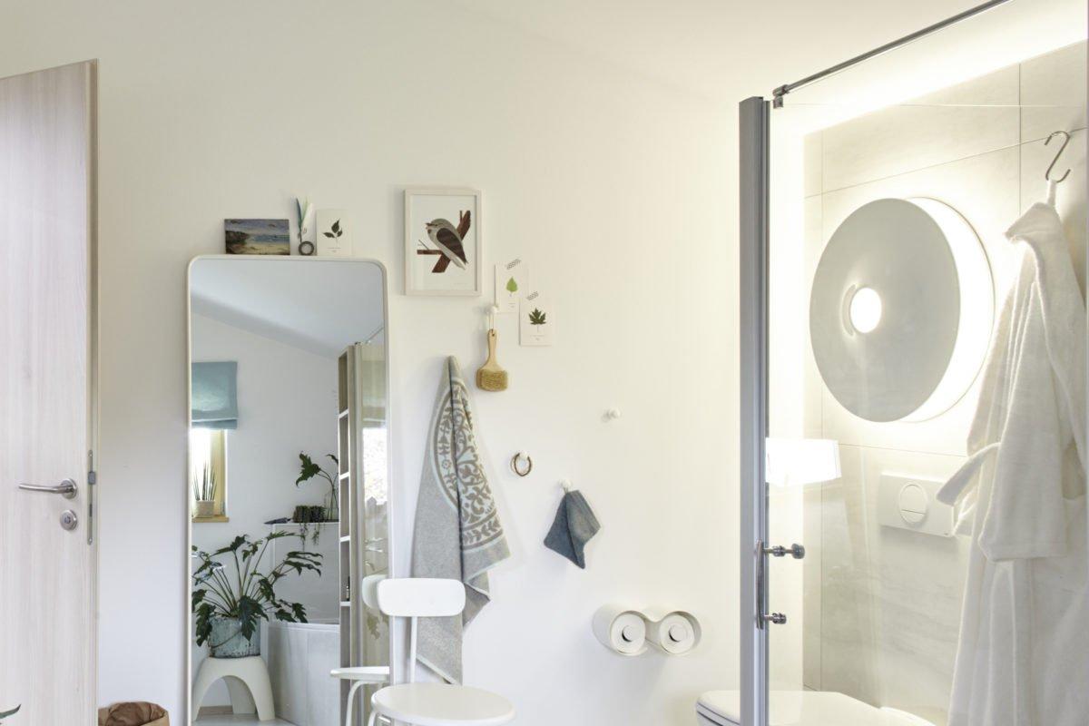 Musterhaus Mono - Ein Schlafzimmer mit einem großen Spiegel - Bad