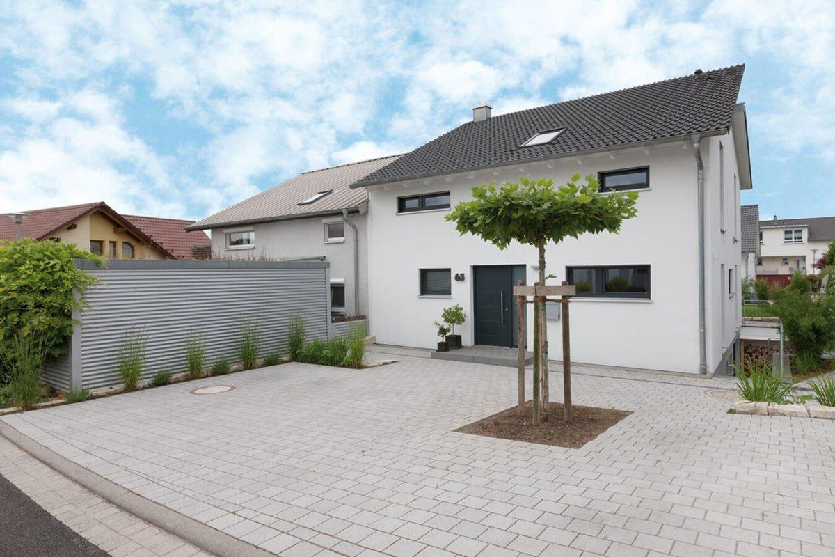 Haus U 089 - Ein kleines haus im hintergrund - Haus