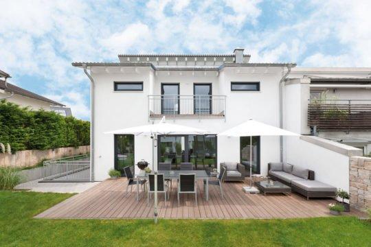 Haus U 089 - Eine große Wiese vor einem Haus - Die Architektur