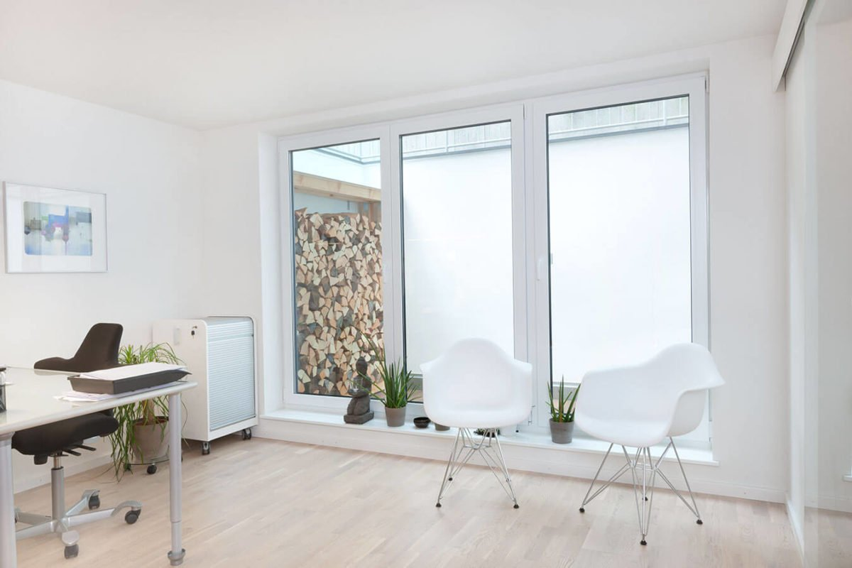 Haus U 089 - Ein Wohnzimmer mit Möbeln und einem großen Fenster - Souterrain