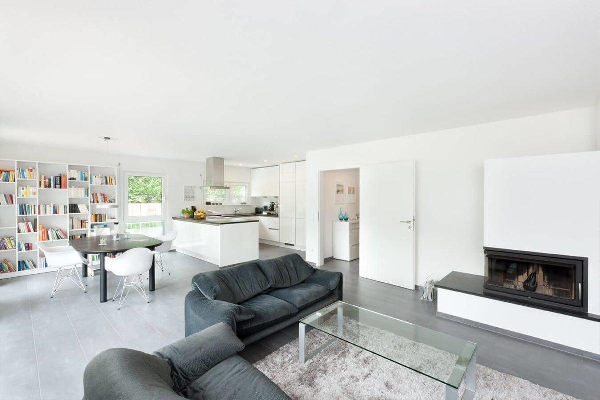 Haus U 089 - Ein Wohnzimmer mit Möbeln und einem großen Fenster - Haus