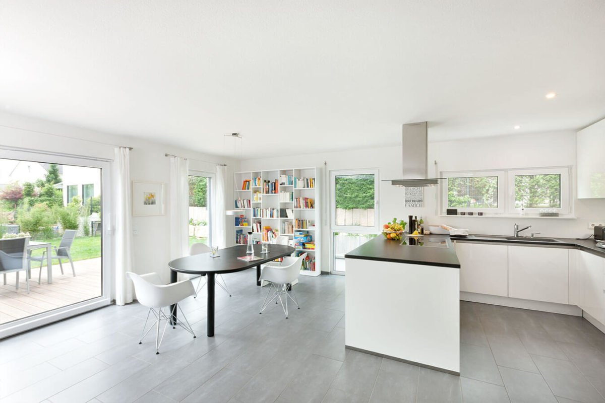 Haus U 089 - Ein Raum voller Möbel und ein großes Fenster - Haus