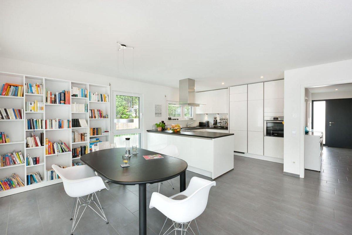 Haus U 089 - Eine Küche mit einem Tisch in einem Raum - Haus