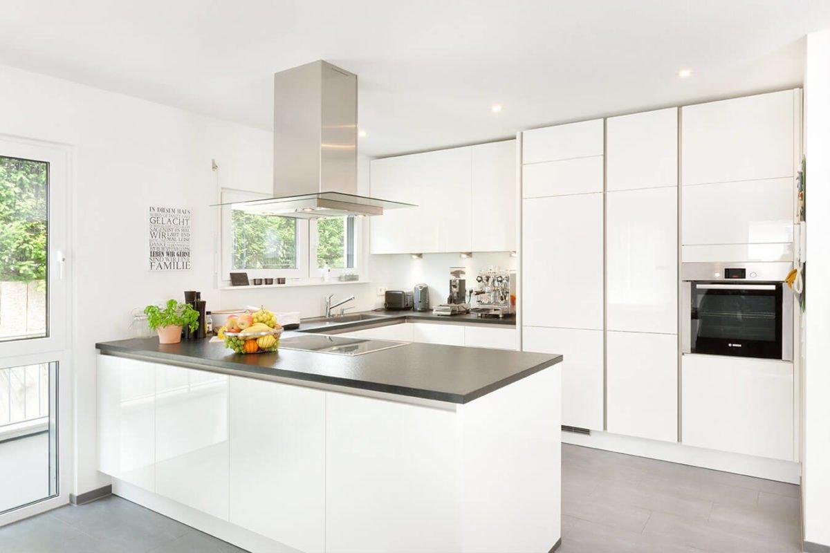 Haus U 089 - Eine küche mit waschbecken und fenster - Küche