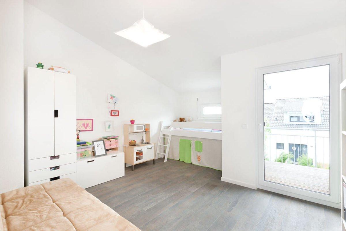 Haus U 089 - Ein weißer Kühlschrank mit Gefrierfach sitzt in einer Küche - Interior Design Services