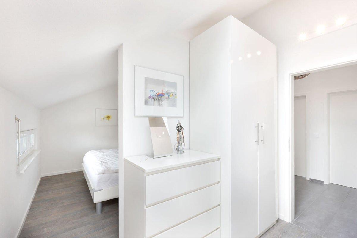 Haus U 089 - Ein zimmer mit waschbecken und spiegel - Interior Design Services