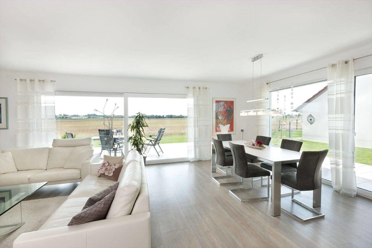 Haus U140 - Ein Wohnzimmer mit Möbeln und einem großen Fenster - Interior Design Services