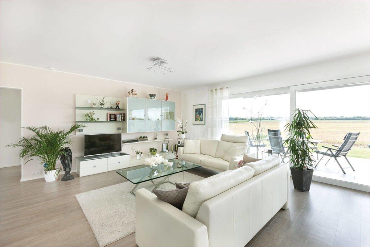 Haus U140 - Ein Wohnzimmer mit Möbeln und einem großen Fenster - Haus