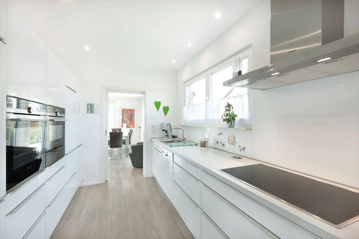 Haus U140 - Eine küche mit waschbecken und fenster - Haus