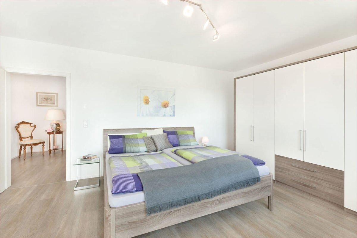 Haus U140 - Ein Schlafzimmer mit Holzboden - Schlafzimmer