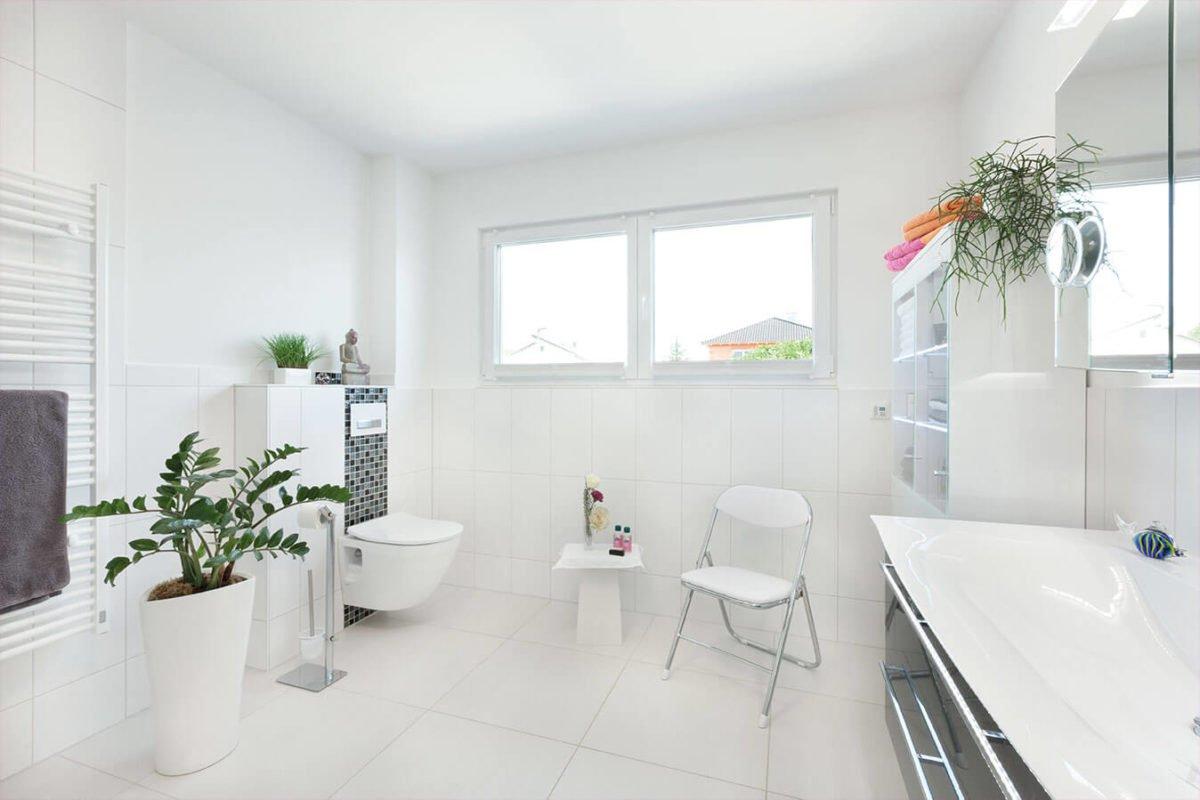 Haus U140 - Eine große weiße Wanne neben einem Fenster - Interior Design Services