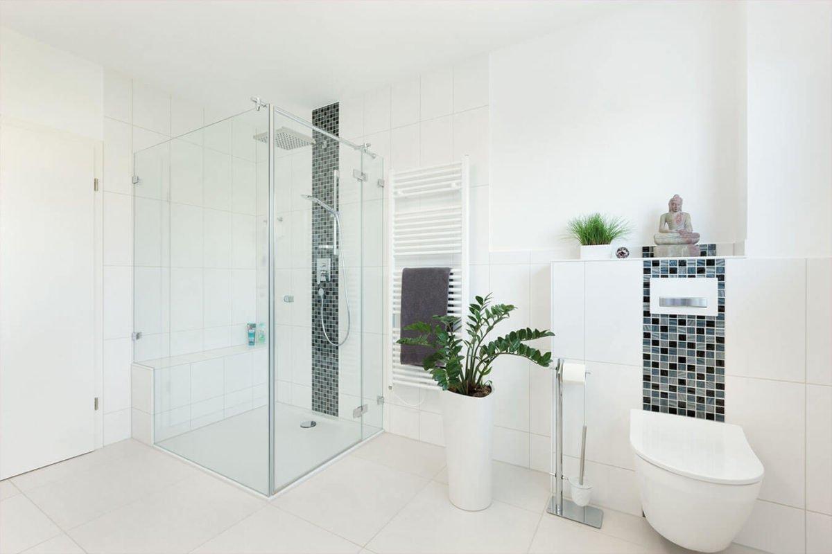 Haus U140 - Ein weißes Waschbecken sitzt unter einem Fenster - Bad