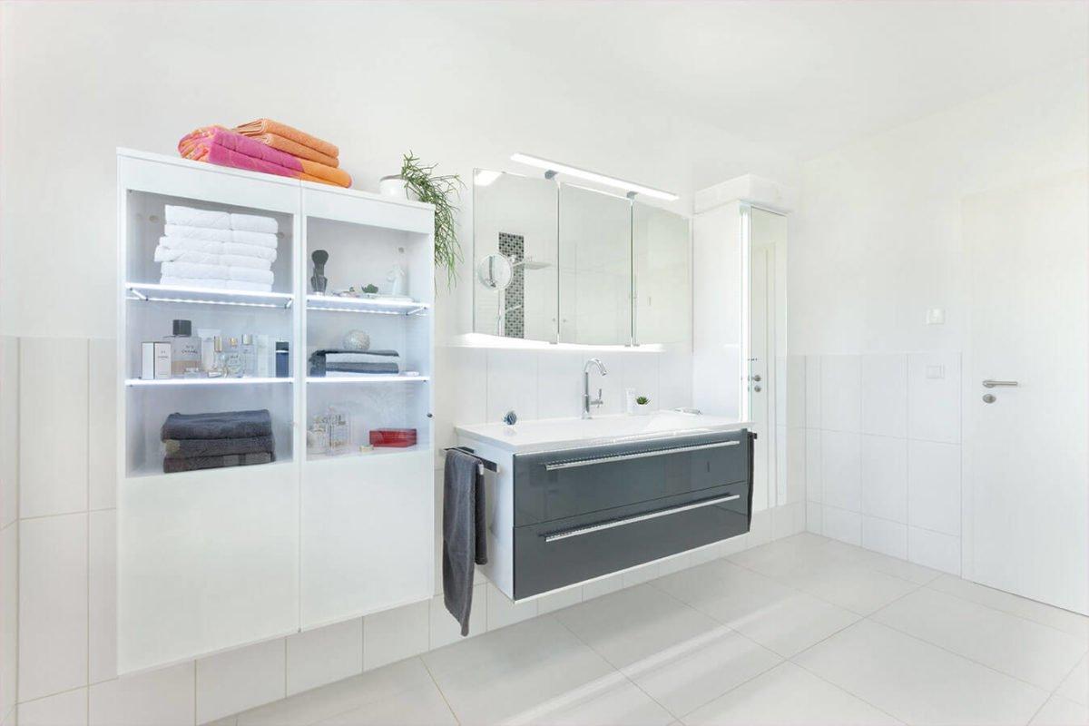 Haus U140 - Eine Küche mit weißen Schränken und einem Waschbecken - Bad