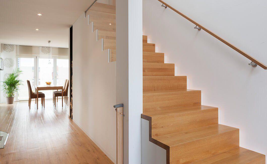 Edition 168 - Eine Ansicht eines mit Möbeln gefüllten Wohnzimmers und eines Kamins - Treppe