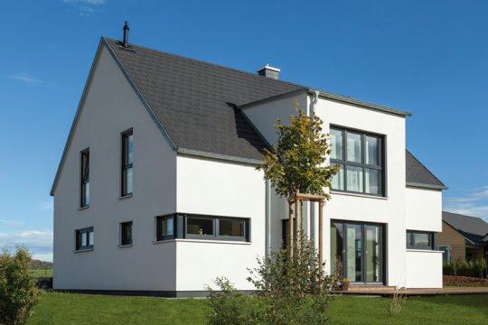 Edition 168 - Ein großes Backsteingebäude mit Gras vor einem Haus - Bauhaus