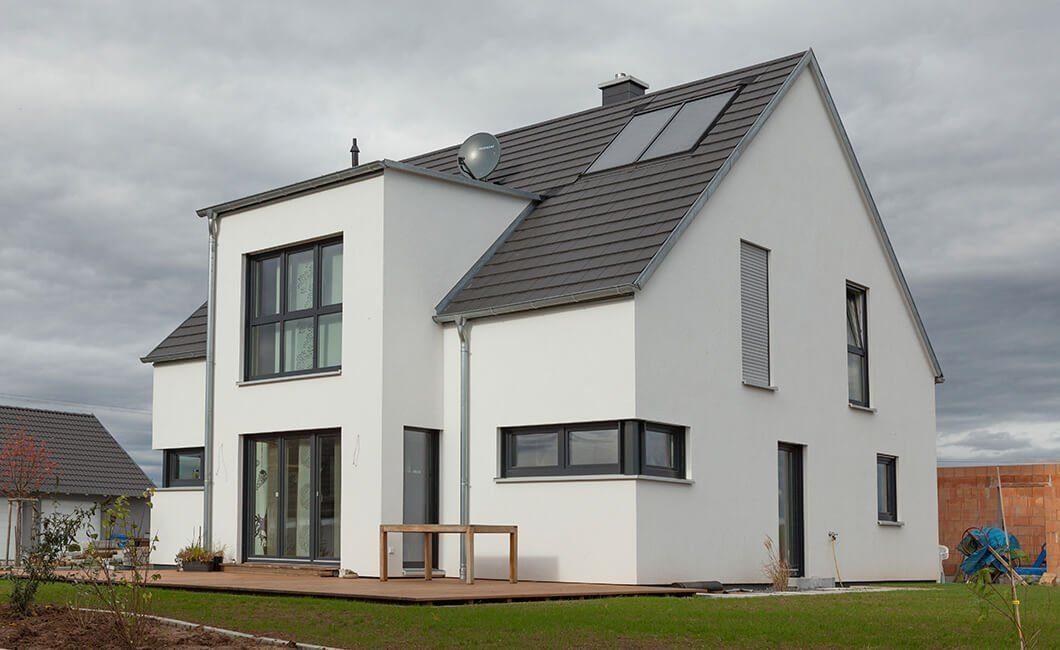 Edition 168 - Ein großes Backsteingebäude mit Gras vor einem Haus - Haus