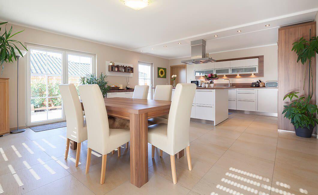 Edition Select 196 - Ein Wohnzimmer mit Möbeln und einem großen Fenster - Klassische Küche