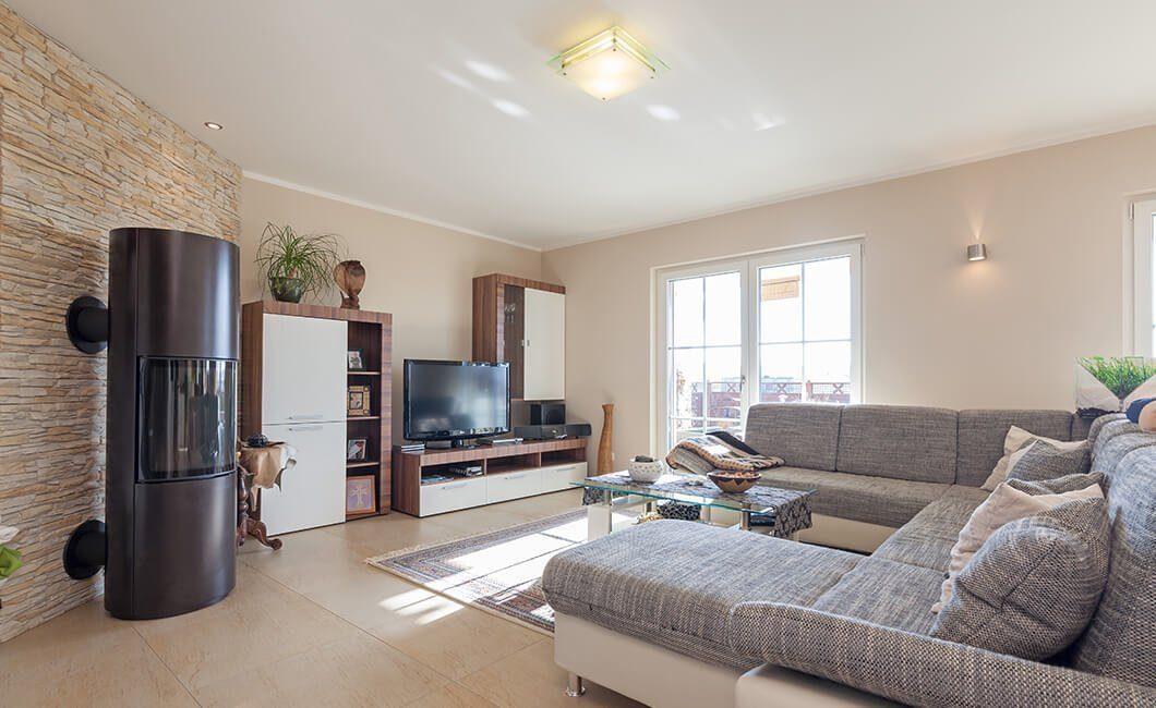 Edition Select 196 - Ein Wohnzimmer mit Möbeln und einem Flachbildfernseher - Wohnzimmer