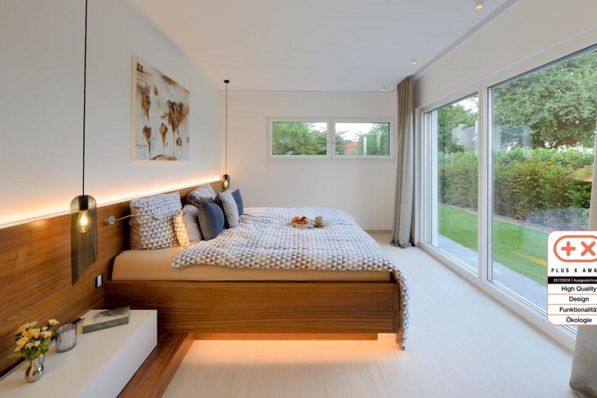 Musterhaus Bungalow Vita - Ein Schlafzimmer mit einem großen Fenster - Schlafzimmer