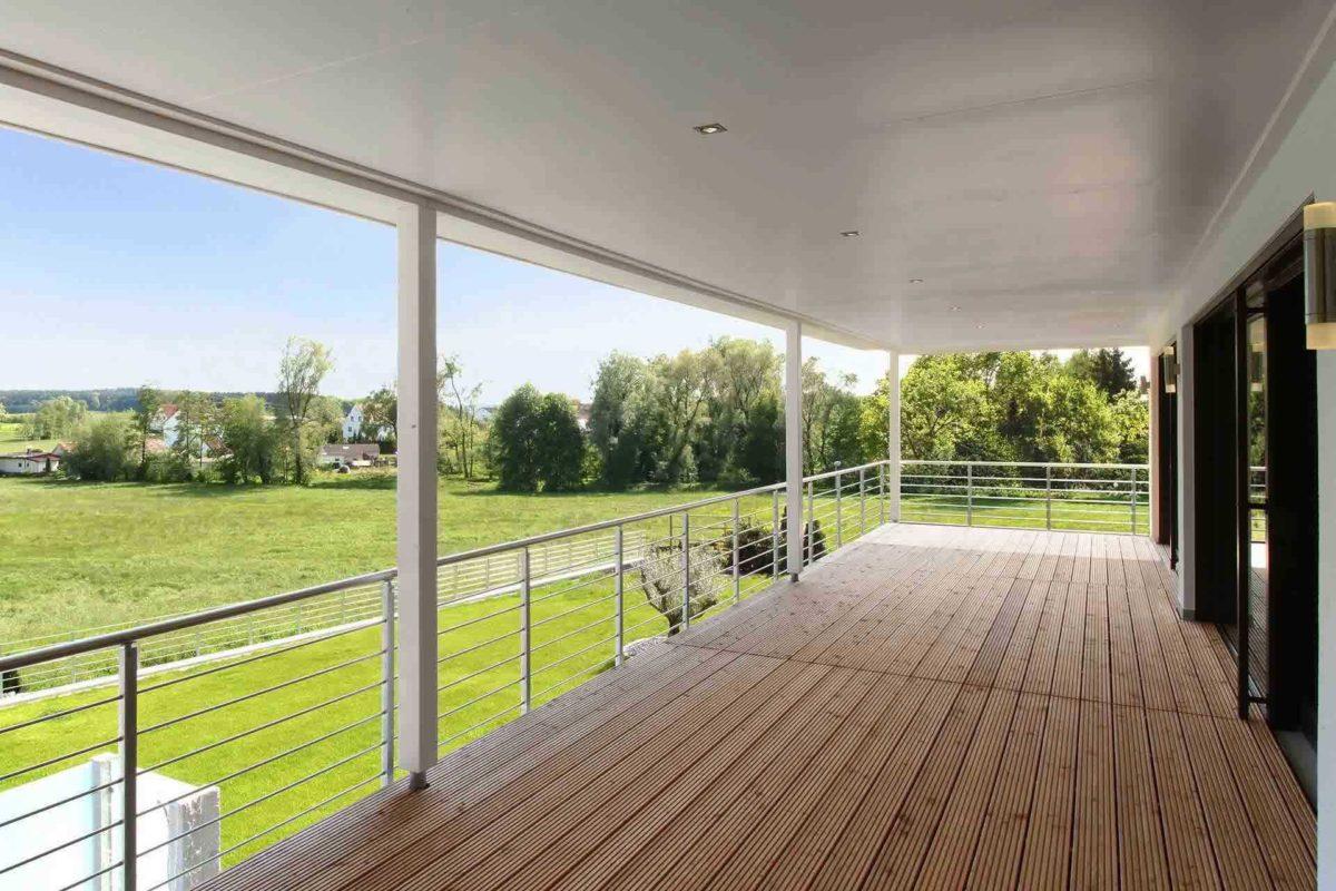 Stadtvilla Riederle - Ein Blick durch einen Zaun - Balkon