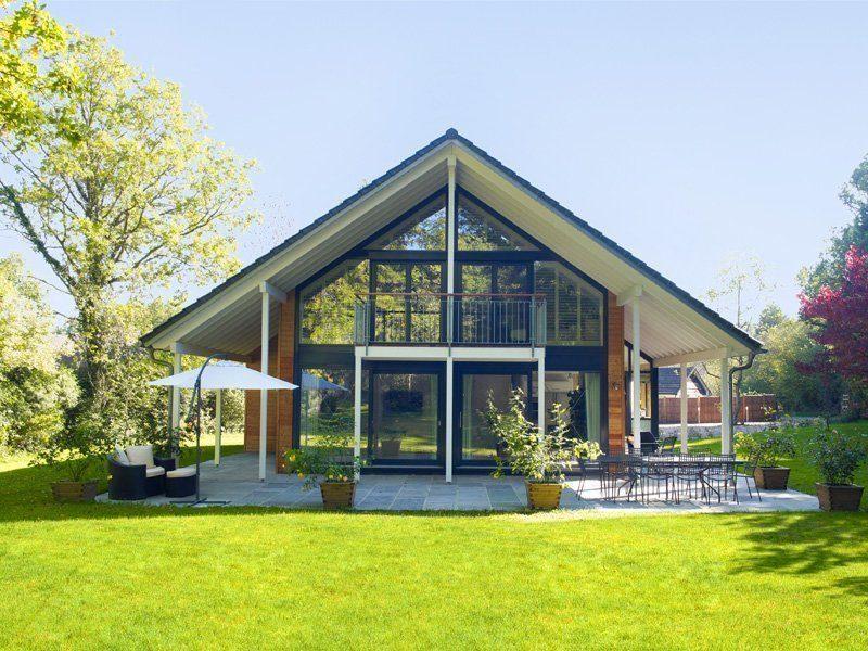 Architektur in Glas - Eine große Wiese vor einem Haus - Haus