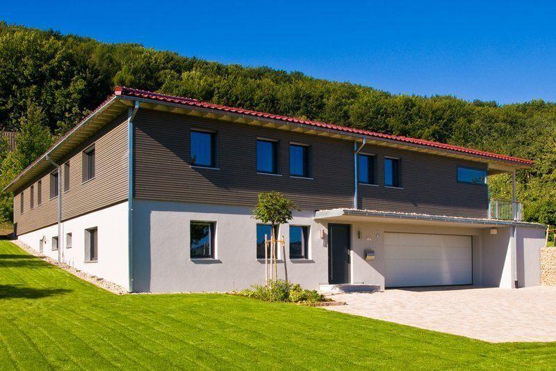 Klassischer Bungalow - Ein Haus mit einer Wiese - Bungalow