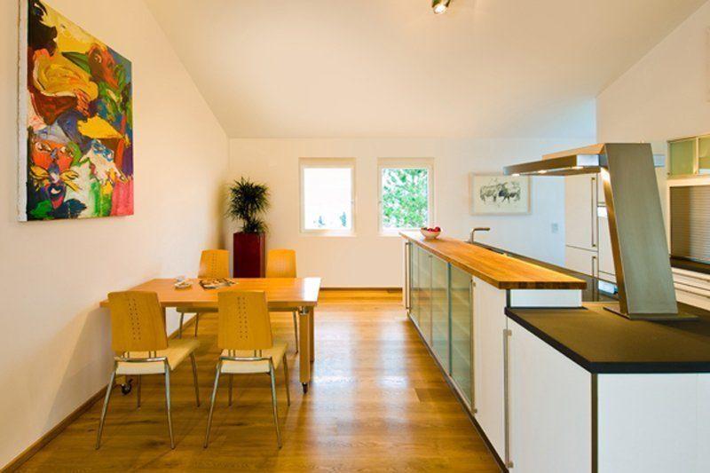 Klassischer Bungalow - Ein Wohnzimmer mit Möbeln und Holzfußboden - Bungalow